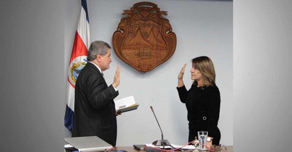 Patricia Solano siendo juramentada