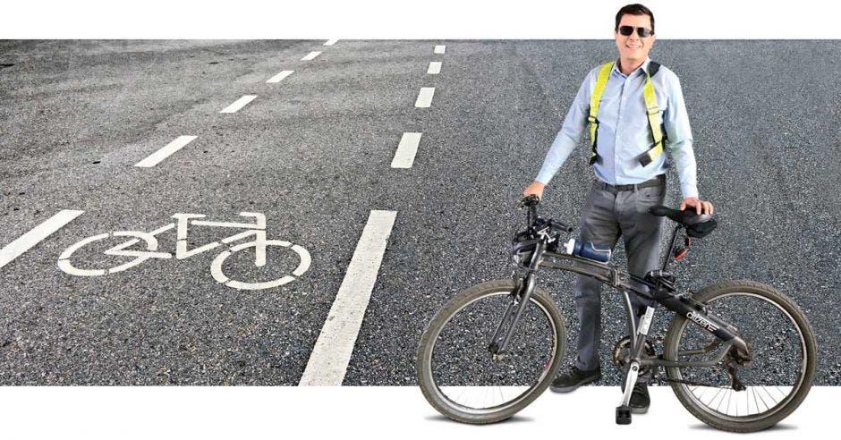 Rolando Castro posa con una bicicleta