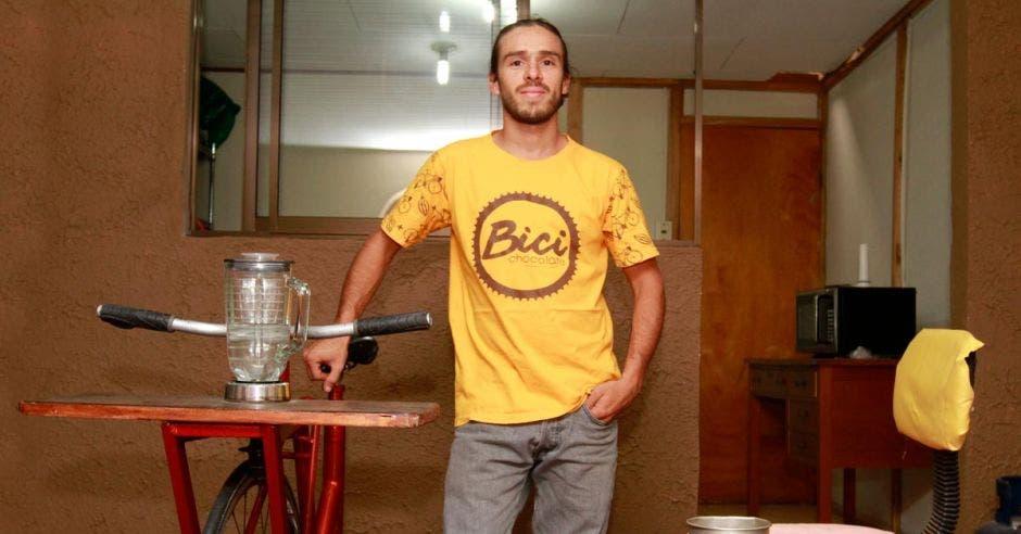 La pasión por el ciclismo e impulsar el negocio familiar del cultivo del cacao llevó a Andrés Ulate a crear Bicichocolate. Esteban Monge/La República