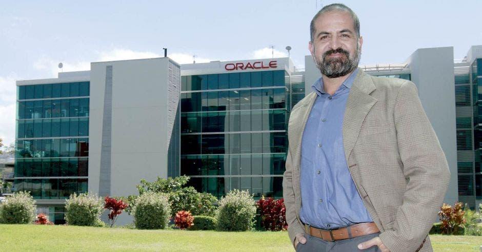 """""""La problemática del déficit de 8 mil profesionales en informática, motivó a Oracle Academy a incentivar la educación en ciencias de la computación desde edades tempranas"""", comentó Richard Delgado, director global de Operaciones de Oracle."""