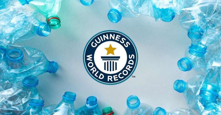 El logo de récord Guiness en medio de botellas plásticas