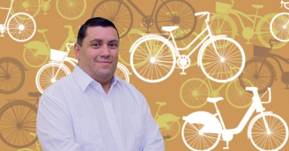 Rolando Rodríguez, alcalde de Caratgo, sobre un fondo de bicicletas.