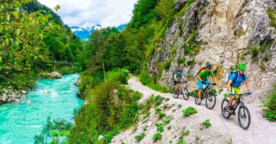Los ríos con aguas de color turquesa acompañan a los ciclistas en diferentes tractos. Cortesía Trans Dinárica/La República