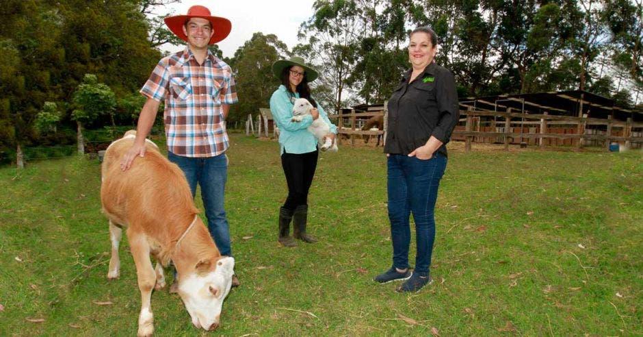 Rosa Cubero junto a sus hijos. Vaca y oveja