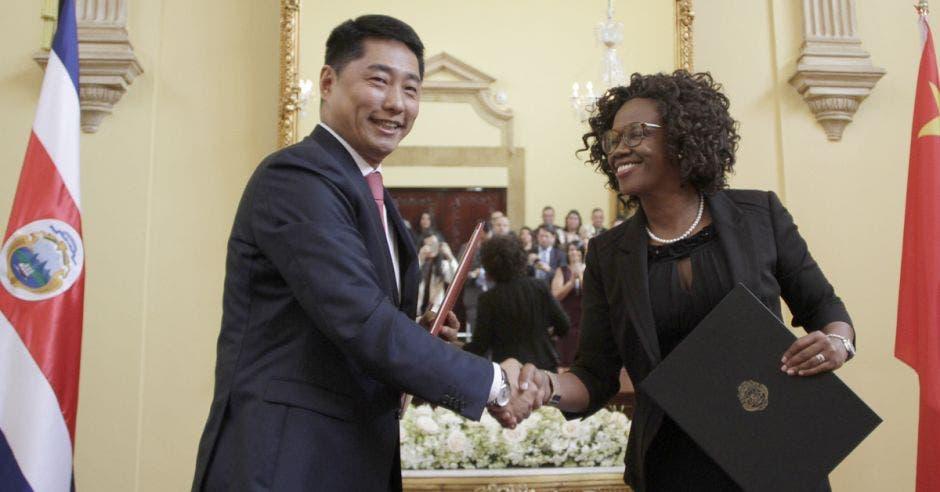 El Embajador Tang Heng con Epsy Campbell, vicepresidenta de Costa Rica.