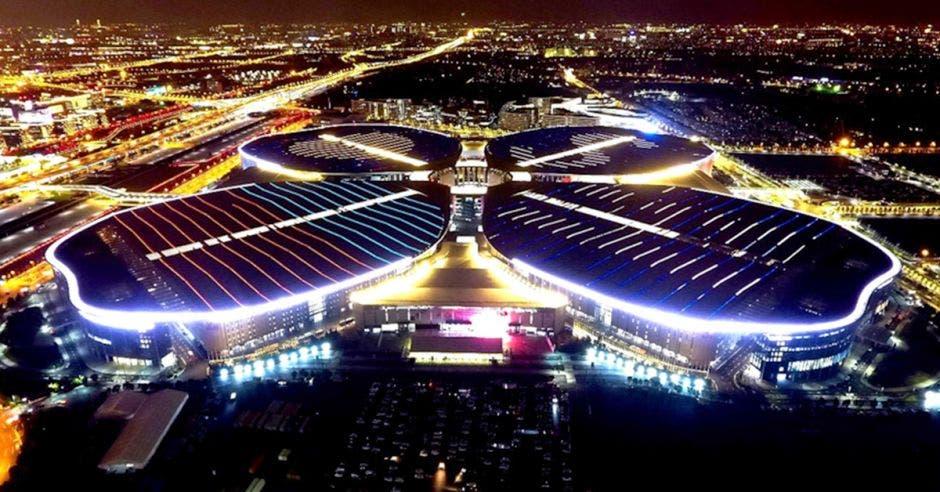 El Centro Nacional de Convenciones y Exhibiciones en Shanghai ofreció unos 500.00 metros cuadrados para la Exposición Internacional de Importación de China.