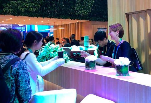 La Ministra sirviendo café en la Exposición Internacional de Importación de China.