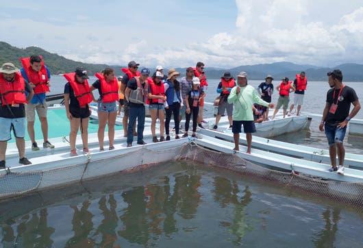 Expertos chinos y pescadores costarricenses trabajan juntos para mejorar técnicas de pesca en Costa Rica.