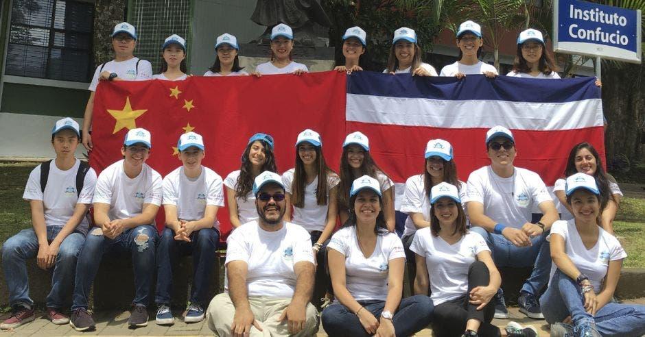 Estudiantes en las afueras del Instituto Confucio de la Universidad de Costa Rica.