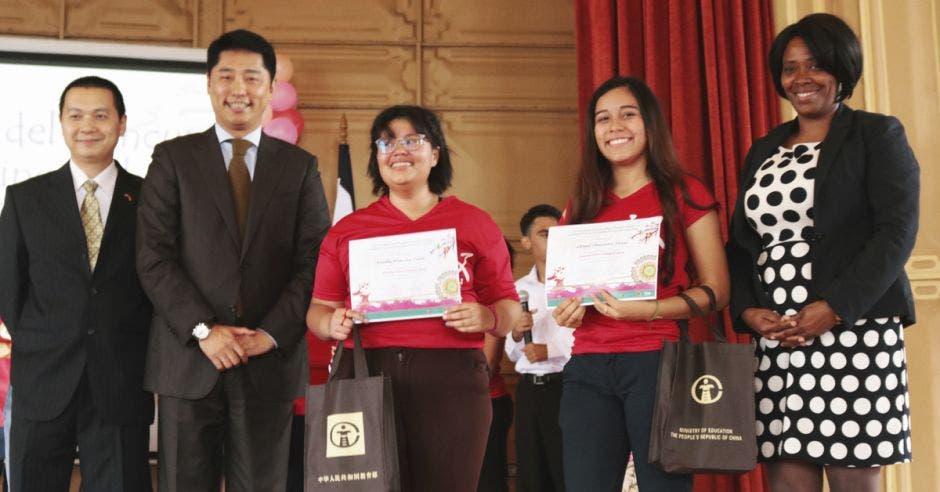 El Embajador Tang Heng con los ganadores del concurso Puente Chino Colegial.