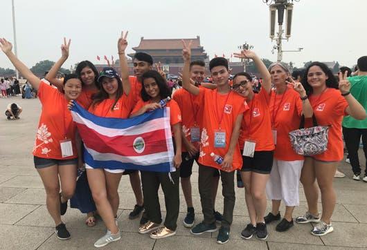 Un grupo de colegiales ticos en la Plaza Tiananmen, Beijing.