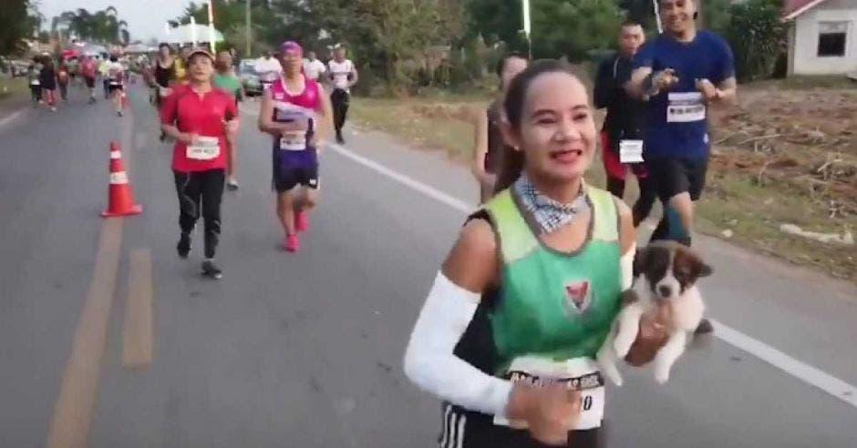 """""""Tomó mucho tiempo llevar al perro para chequeos, vacunas y tratamientos, pero me alegra salvarlo y estar dispuesta a tenerlo con mi familia"""", señaló la corredora tailandesa."""