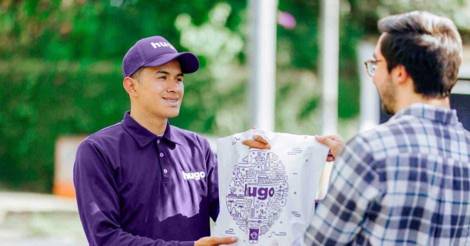 Un repartidor de Hugo hace una entrega