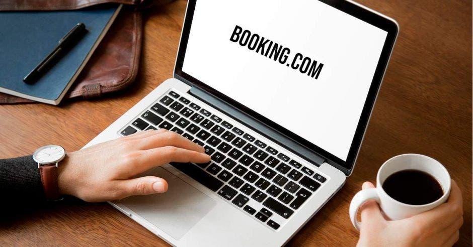 Una computadora con Booking.com activo