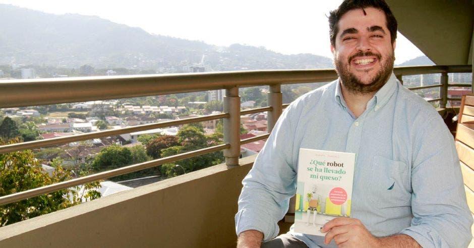 Rafael Tamames sostiene un libro