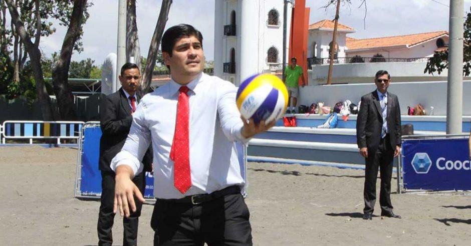 El mandatario Carlos Alvarado aprovechó para jugar voleibol en la inauguración de las nuevas canchas en La Sabana. Icoder/La República