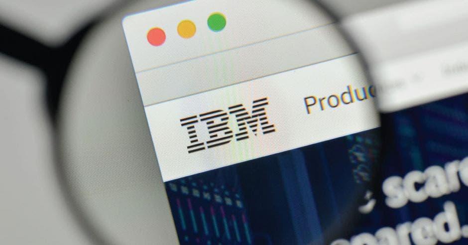 Una lupa enfoca el logo de IBM