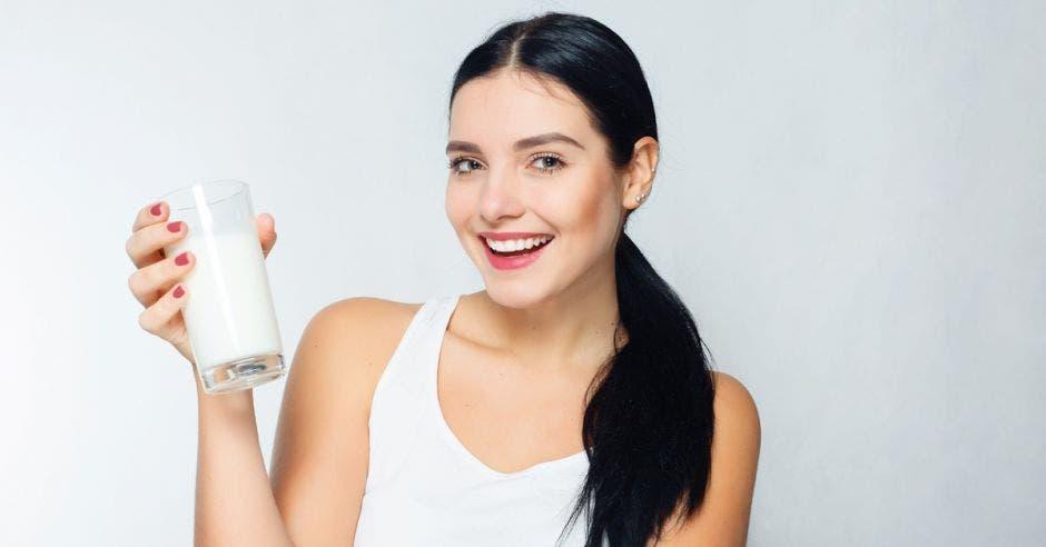 Una mujer disfruta de un vaso de leche