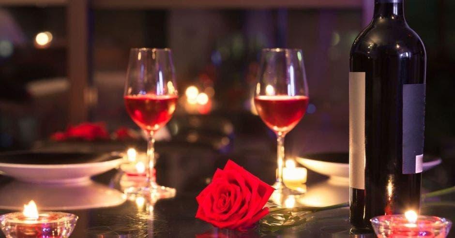 Dos copas de vino y una rosa