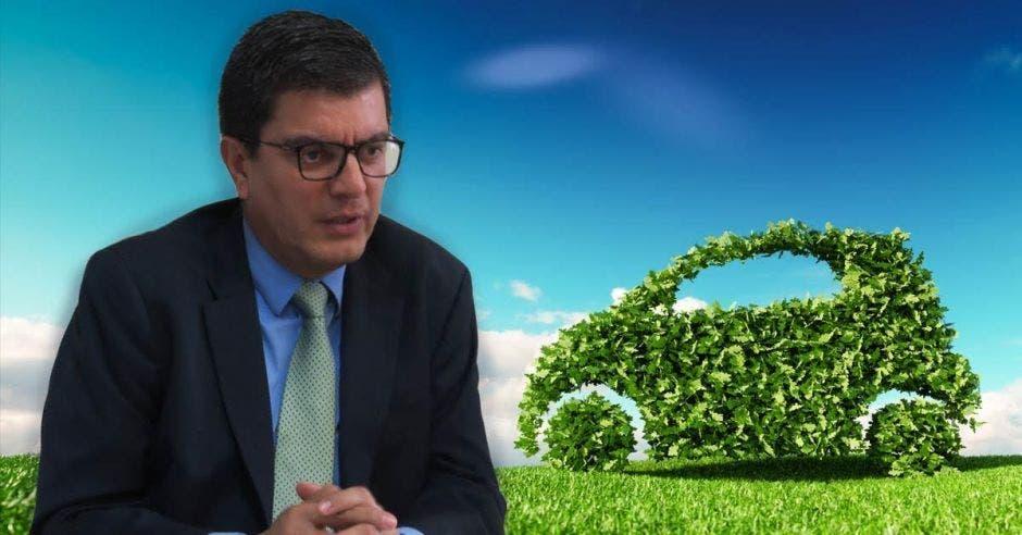 Rolando Castro con un fondo verde