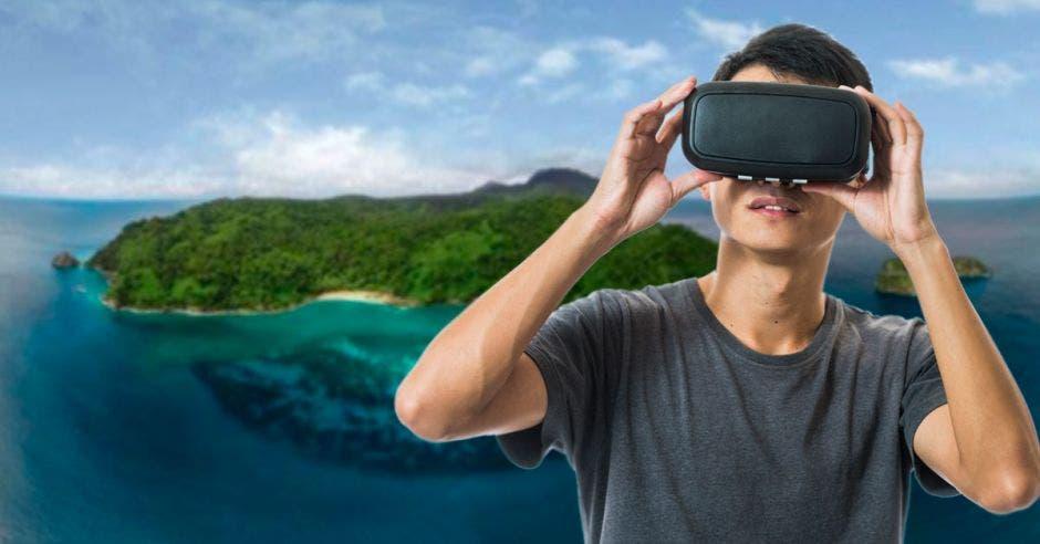 Un muchacho experimenta realidad virtual