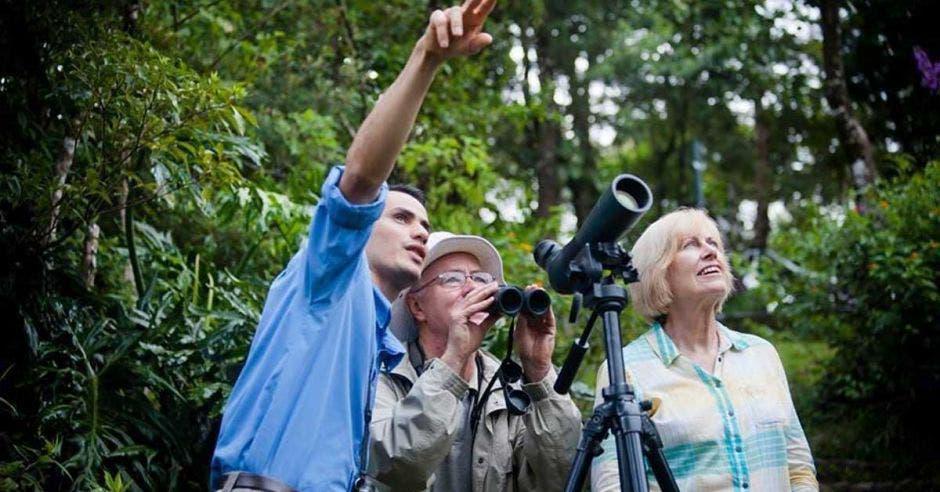 guía con pareja de turistas