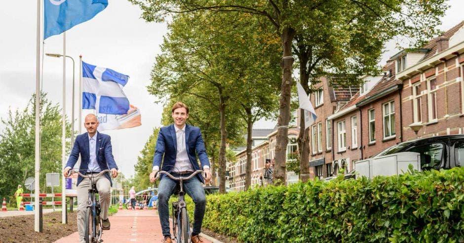Dos hombres recorren una ciclovía