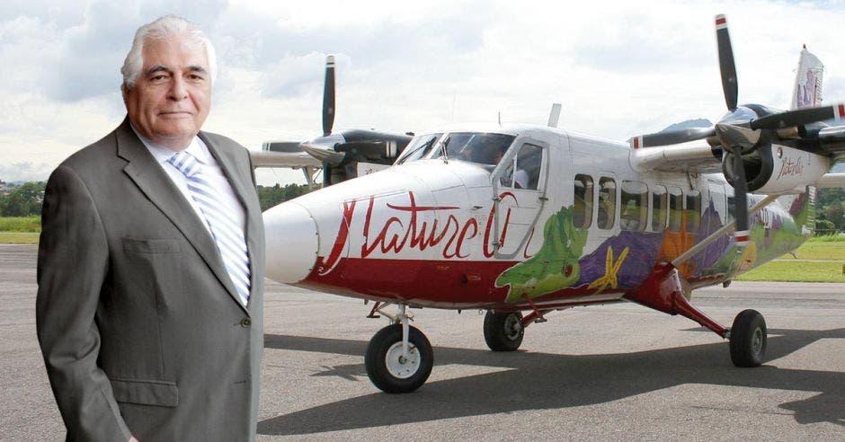 Alex Khajavi posa junto a una aeronave de Nature Air