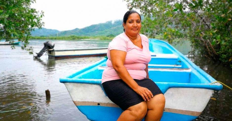 Una pescadora en su balsa