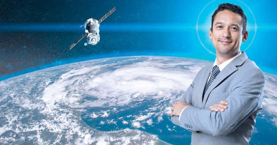 Carlos Alvarado posa junto a un satélite
