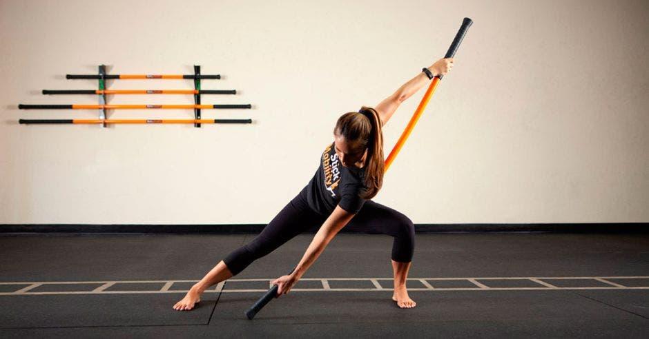 Utilizando una barra con cierto grado de arqueamiento trabaja la fuerza y flexibilidad por medio de la movilidad. Stick Mobility/La República