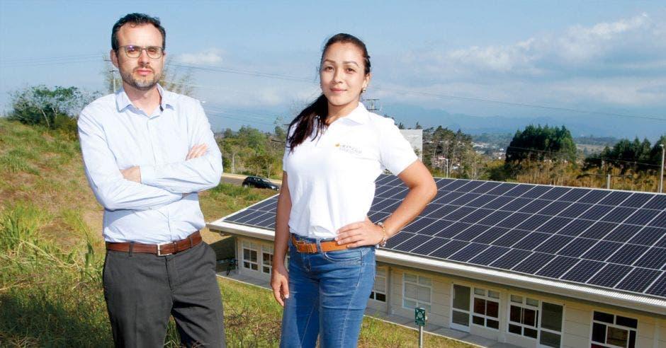 Karen Tat, directora ejecutiva de Acesolar, junto a Carlos Meza, presidente de la organización