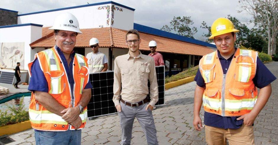 De izquierda a derecha el ingeniero Mariano Solís, gerente general de Seléctrica, David Ortiz, encargado de Comunicación de Icafé y Luis Carlos Salas, ingeniero de Seléctrica.