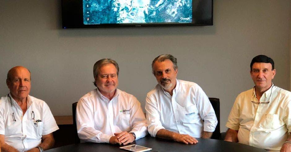 Jan Borchgrevink, CEO de ReFeel Costa Rica, junto con los fundadores de Natural Partners, hnos. Ricardo, Ronald, y Eduardo Gurdián Marchena;  en la formalización de los acuerdos para proceder a la fase de construcción y operación del PSF Valle Escondido I.