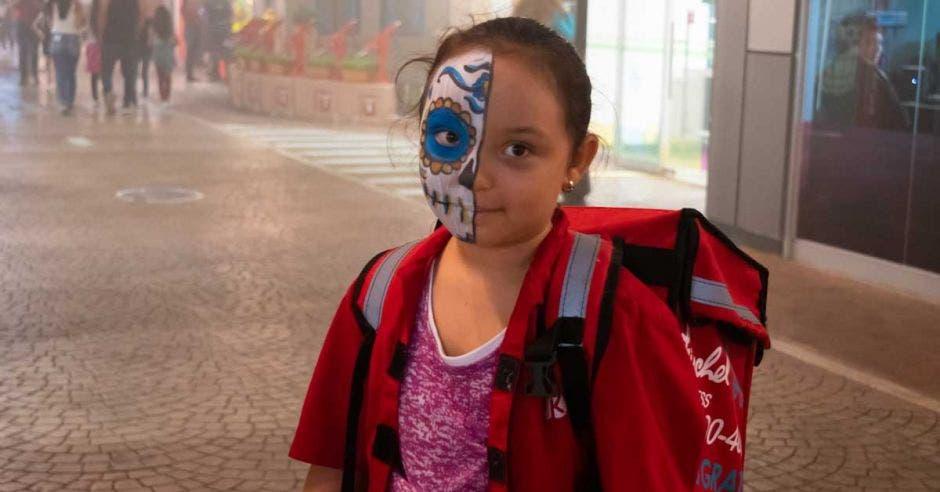 Una niña con la cara pintada