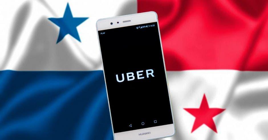 Un celular con la bandera de Panamá