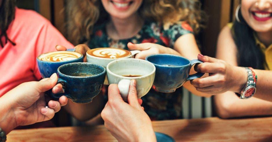Mujeres tomando café