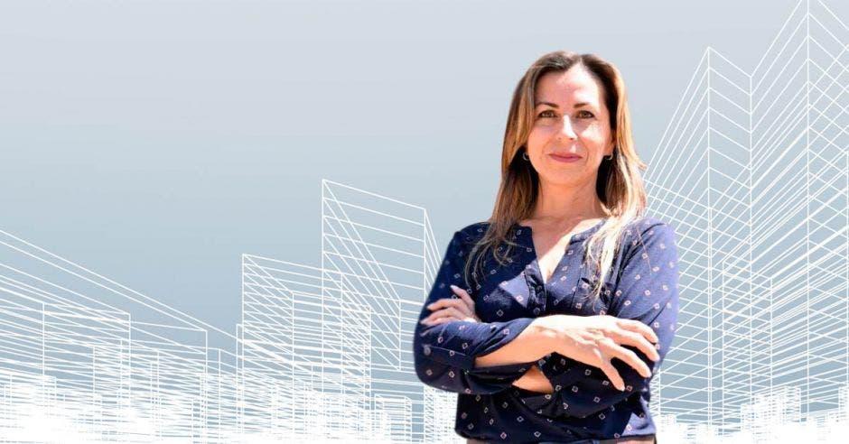 Tatiana Argeudas posa con un edificio de fondo