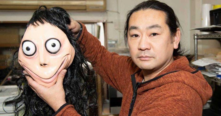 Keisuke Aiso posa con una máscara de Momo