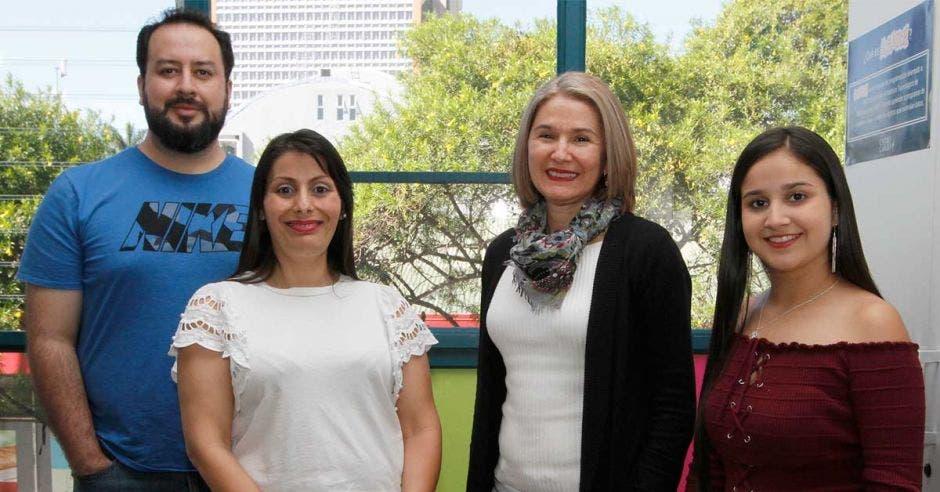 De izquierda a derecha, Christopher Chanto, profesor de la Escuela de Ingeniería Informática; Catalina Espinoza, directora del Centro de Aprendizaje para la Vida; María del Carmen Gamboa, directora de la Escuela de Ingeniería Informática, y Yendry Cordero, estudiante
