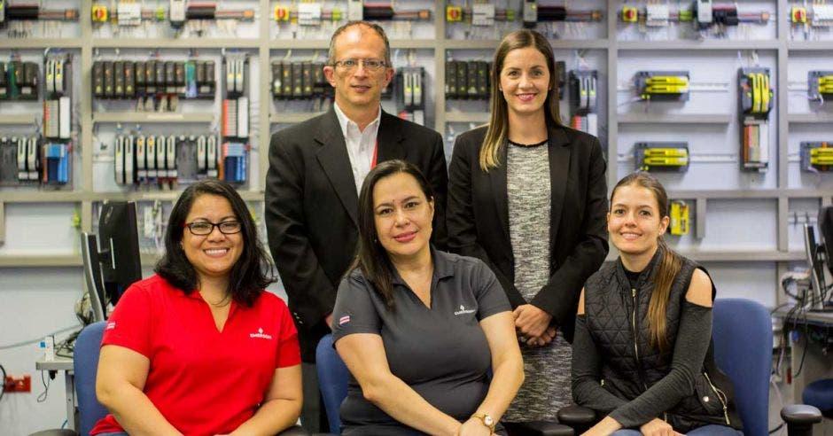 """Elkin Suárez, gerente general de Emerson Costa Rica y Rocío Quesada, directora de Recursos Humanos. Los acompañan miembros del comité """"Mujeres en STEM""""."""
