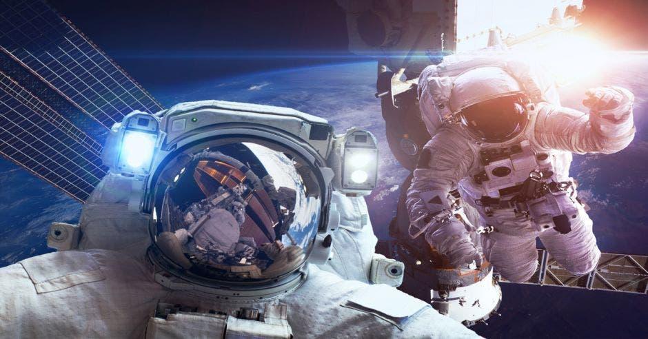 En los casi 60 años de vuelos espaciales, solo hubo cuatro ocasiones en las que las expediciones incluyeron a dos mujeres miembros entrenadas para paseos espaciales. Archivo/La República