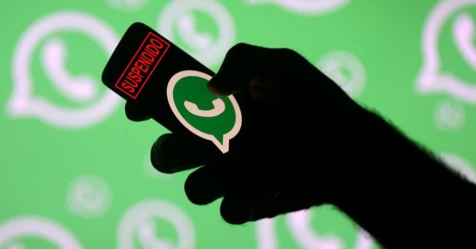 Las versiones oficiales de WhatsApp se descargan en la tienda determinada según su sistema operativo. Elaboración propia/La República