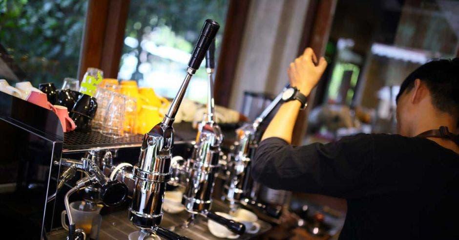 Alguien prepara un café en un bar