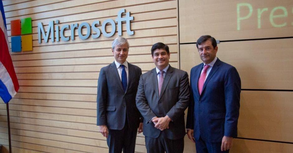 Carlos Alvarado con ejecutivos de Microsoft