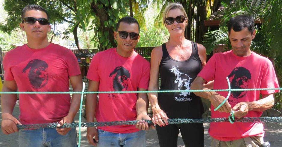 De izquierda a derecha, Jean Carlos Obando, Deiver Chevez, Karol Allard y Nogui Sibaja instalando y reparando puentes en Playa Hermosa.
