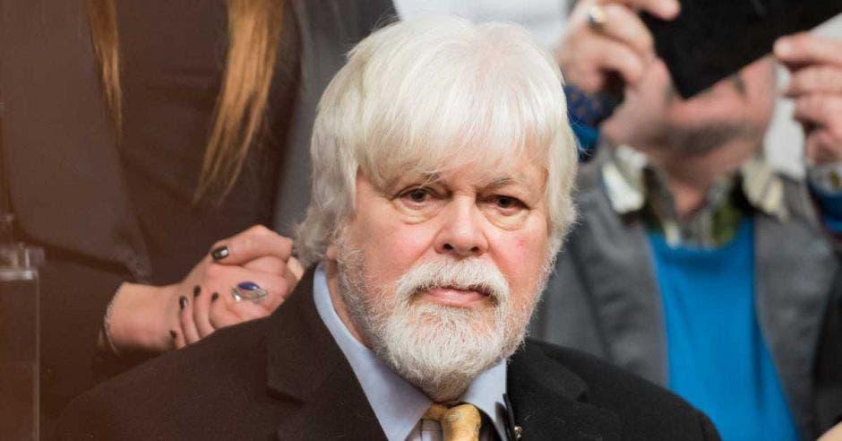 Paul Watson con traje y corbata