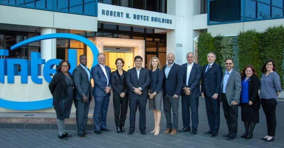 Autoridades del Gobierno e Intel se reunieron en las instalaciones de la empresa.