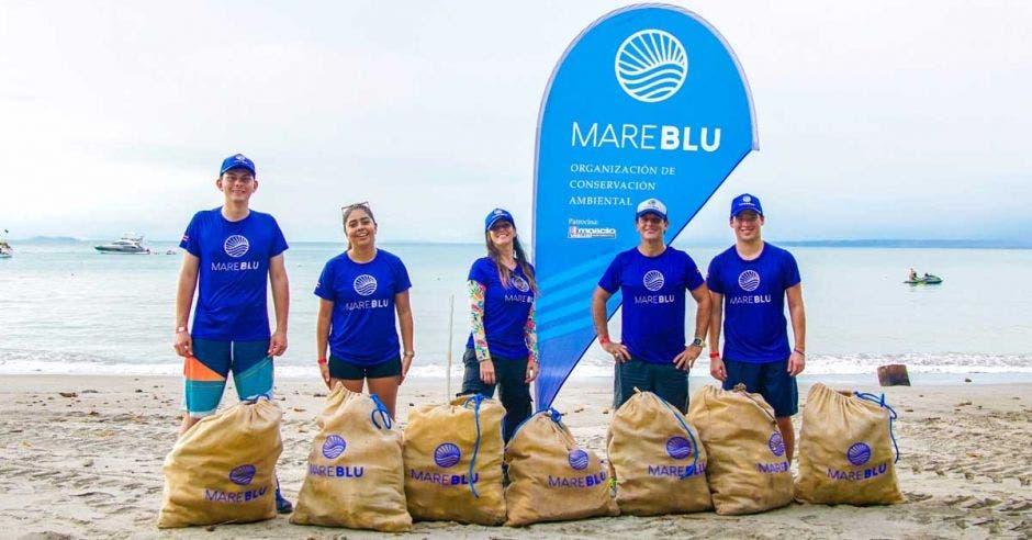 voluntarios en limpieza de playas