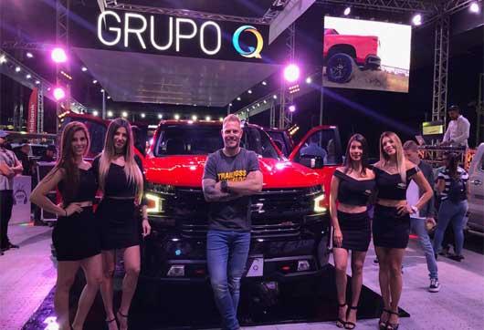 Modelos mostrando el auto